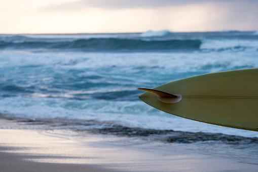 オアフ島「Tale end of surfboard in front sea, Oahu, Hawaii, USA」:スマホ壁紙(2)