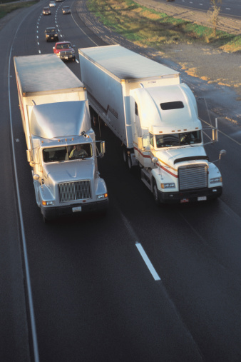 Approaching「Trucks driving side by side make bottleneck for traffic」:スマホ壁紙(16)