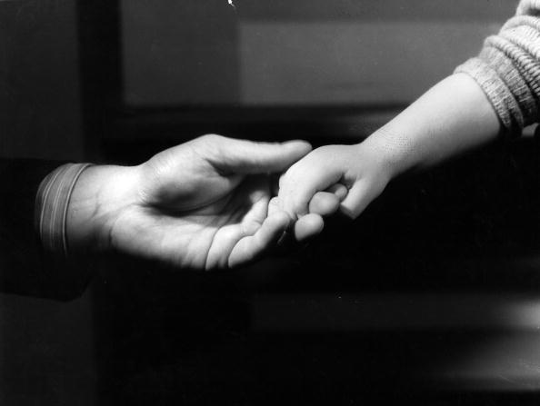 Holding Hands「Sign Language」:写真・画像(1)[壁紙.com]