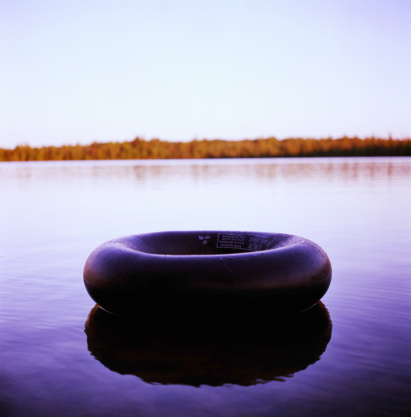 Lost「Inner tube on blue lake」:スマホ壁紙(13)