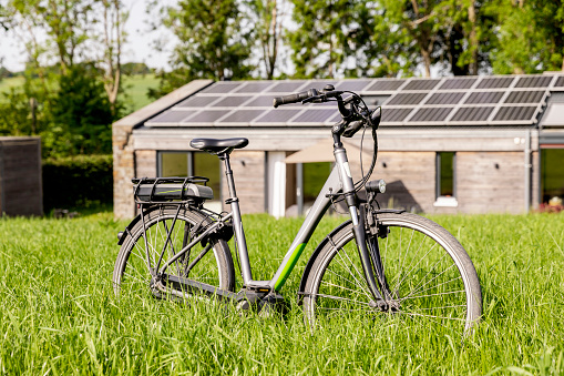 Bungalow「Bicycle on meadow in front of detached house」:スマホ壁紙(1)