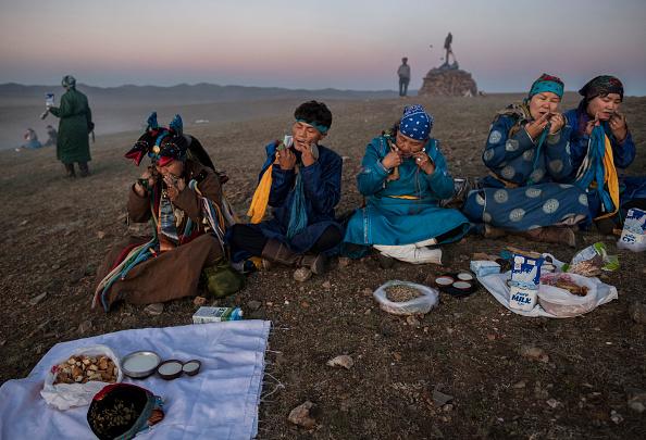爪弾く「Shaman Rituals Vital To Life in Mongolia」:写真・画像(12)[壁紙.com]