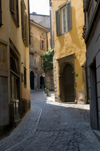 Bergamo「Cobbled backstreet in Bergamo, Italy」:スマホ壁紙(4)