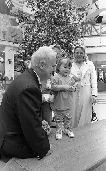 1990-1999「Taoiseach John Burton in Santry OMNI Plex Centre, Dublin」:写真・画像(8)[壁紙.com]