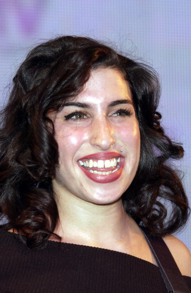 Photoshot「London, Uk - Jazz Singer Amy Winehouse Who Has Been Nominated For A Brit Award Perfomed Live At The Hmv Record Store In Oxford Street.」:写真・画像(1)[壁紙.com]