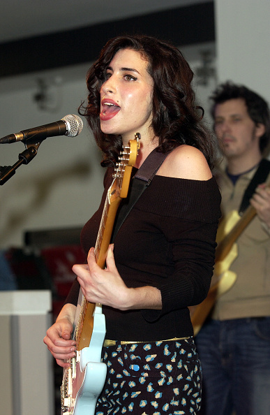 Photoshot「London, Uk - Jazz Singer Amy Winehouse Who Has Been Nominated For A Brit Award Perfomed Live At The Hmv Record Store In Oxford Street.」:写真・画像(0)[壁紙.com]