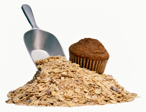 Oats - Food「Chocolate muffin and pile of uncooked oatmeal with scoop, studio shot」:スマホ壁紙(6)