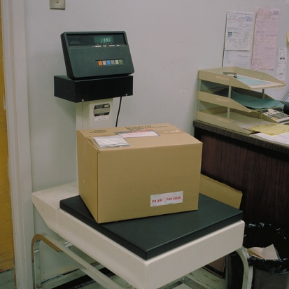 Receiving「Weighing parcel on scale in shipping office」:スマホ壁紙(14)