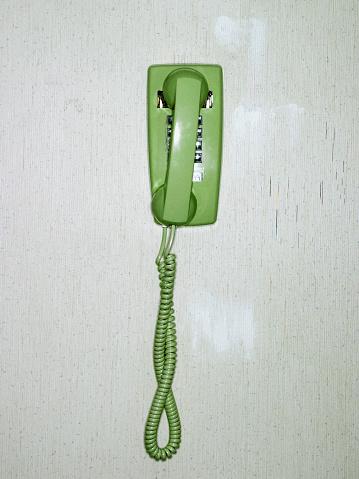 Waiting「Green Phone on Wall」:スマホ壁紙(15)