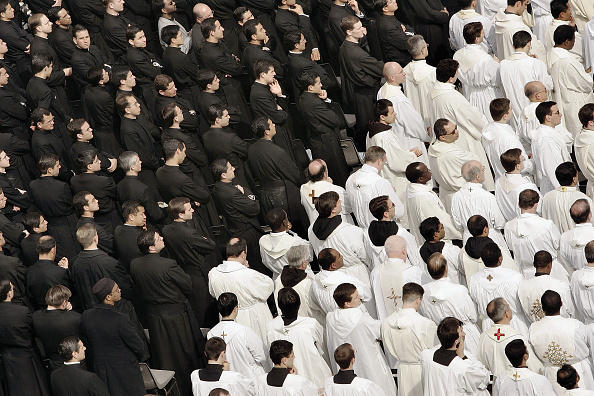 Priest「Thousands Attend Mass In Honour Of the Pope」:写真・画像(5)[壁紙.com]