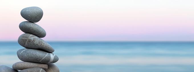 静かな情景「小石のビーチでバランス」:スマホ壁紙(10)