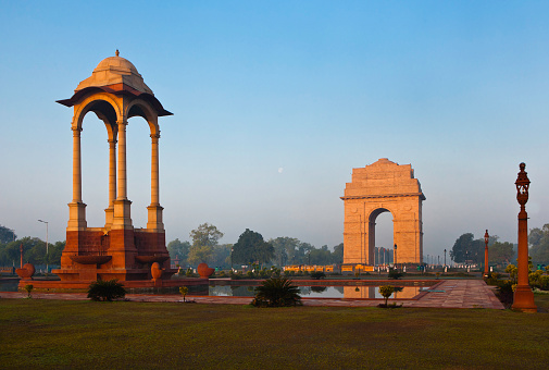 Delhi「Statue Canopy with India Gate, a National Monument. The gate is a massive red sandstone arch and the Indian Army's Tomb of the Unknown Soldier .」:スマホ壁紙(17)