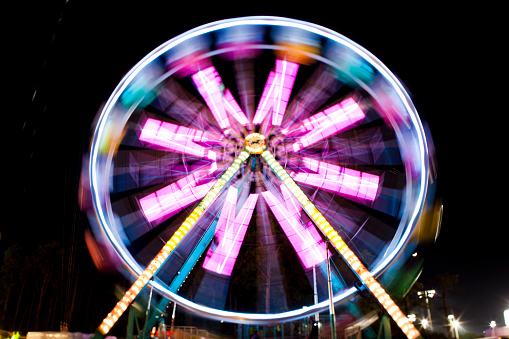 Fun「Blurred image of Ferris wheel at night at Santa's Enchanted Forest in Miami, Florida, USA」:スマホ壁紙(3)