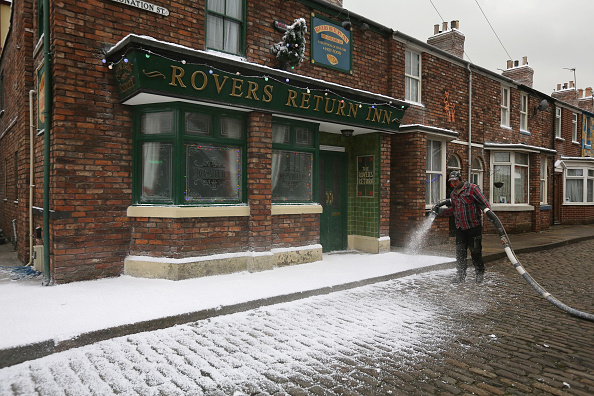 Fake Snow「Christmas On The Cobbles Is Celebrated On The Famous Coronation Street Tour」:写真・画像(4)[壁紙.com]