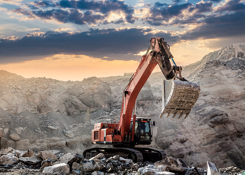 Construction Vehicle「Excavator at Work at sunset」:スマホ壁紙(2)