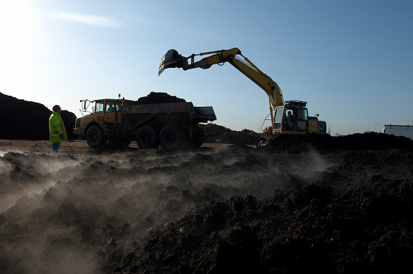 Sparse「Excavator and Dumper Truck moving compost used on contaminated brownfield land, England, United Kingdom」:写真・画像(5)[壁紙.com]