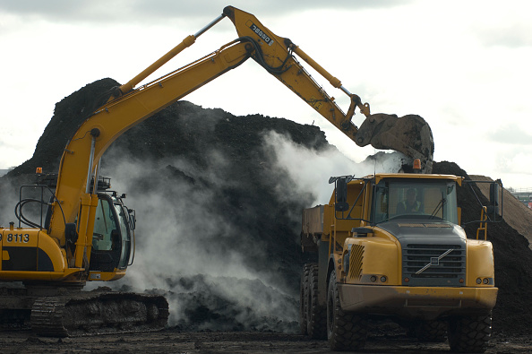 Sparse「Excavator and Dumper Truck moving compost used on contaminated brownfield land, England, United Kingdom」:写真・画像(12)[壁紙.com]