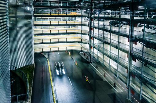 覆う「複数階の屋根付き駐車場に駐車場、夜のロフト」:スマホ壁紙(9)