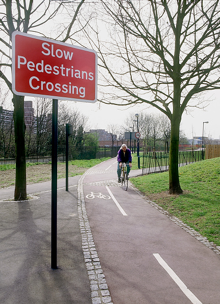 Footpath「Cycle route crossing footpath Lewisham, South London, United Kingdom」:写真・画像(10)[壁紙.com]