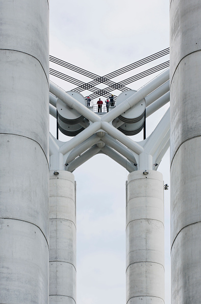Symmetry「France, Rouen, engineers working at the construction of the sixth bridge over the River Seine, linking Sud 3 with the A150」:写真・画像(7)[壁紙.com]