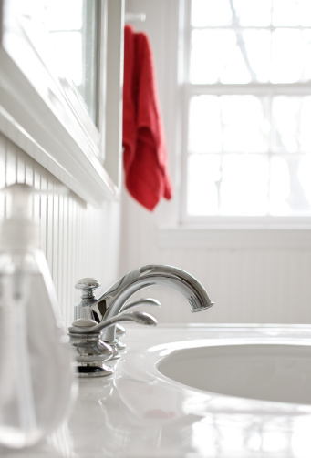 Window Frame「Faucet in  white bathroom with a red towel.」:スマホ壁紙(17)