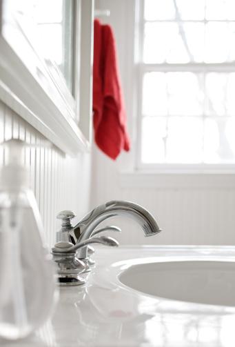 スイセン「フォーセットホワイトのバスルームには、レッドのタオルです。」:スマホ壁紙(10)