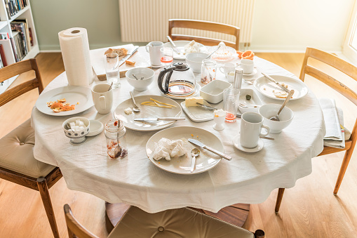 Leftovers「Messy dining table after breakfast」:スマホ壁紙(6)