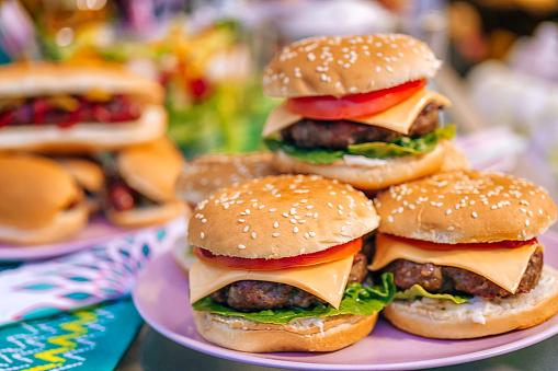Hamburger「Homemade Burgers with Tomatoes, Onions and Salad」:スマホ壁紙(8)
