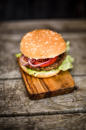 Veggie Burger「Homemade burger with lettuce, meat, tomato and onion on chopping board」:スマホ壁紙(16)
