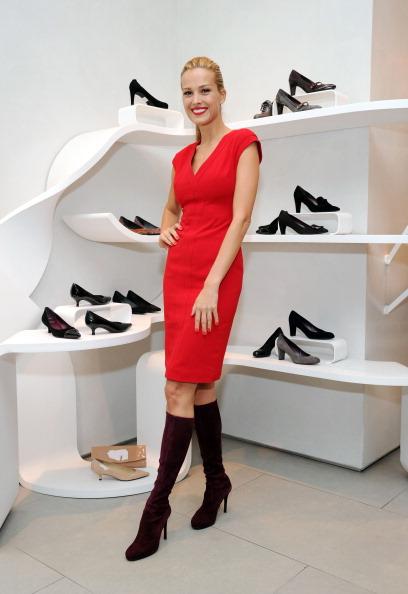 Stuart Weitzman - Designer Label「Stuart Weitzman And Petra Nemcova Kick Off The Holiday Gift Giving Season」:写真・画像(1)[壁紙.com]