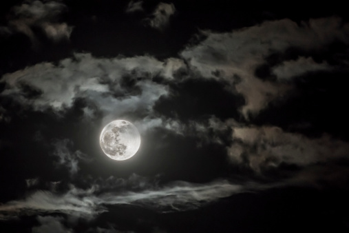 月「Dramatic sky with full moon」:スマホ壁紙(18)
