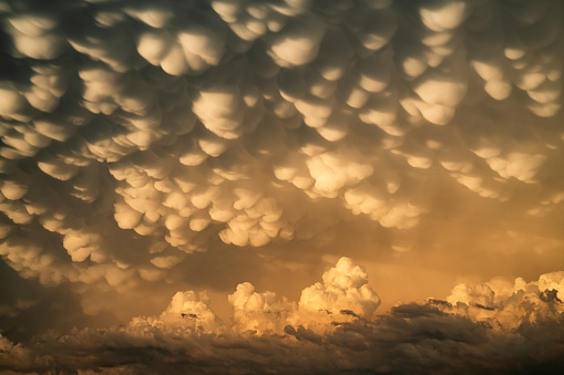 Mammatus Cloud「Dramatic skies over the landscape seen during a storm chasing tour in the midwest of the United States. An example of mammatus cloud」:スマホ壁紙(16)