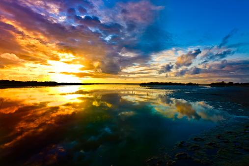 海「劇的な空の反射ラグーン、海岸沿いの日の出」:スマホ壁紙(17)