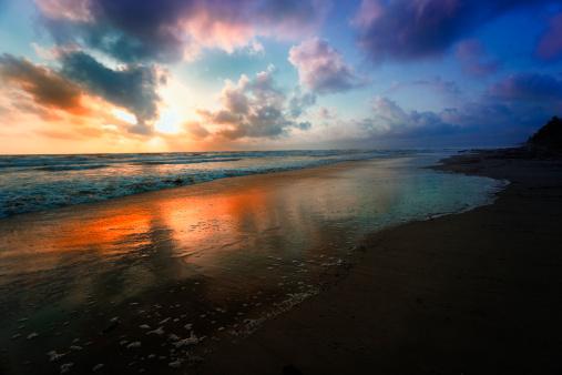 Dawn「Dramatic sky reflection on a Tropical sea at sunrise」:スマホ壁紙(17)