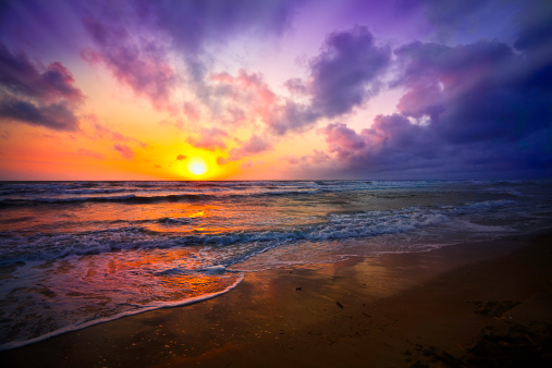 Dawn「Dramatic sky reflection on a tropical beach at sunrise」:スマホ壁紙(0)