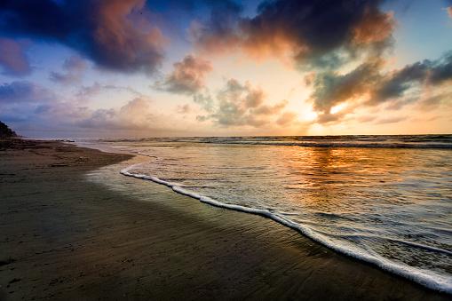 Oahu「Dramatic sky reflection on a tropical beach at sunrise」:スマホ壁紙(19)