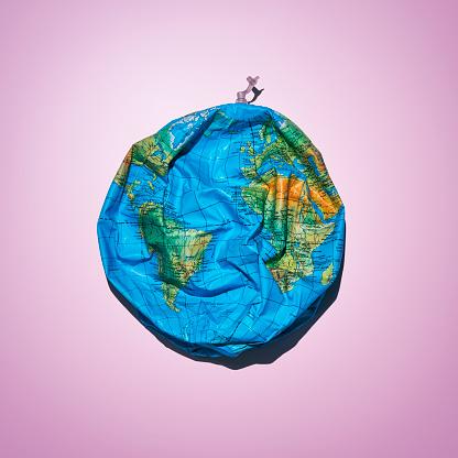 Drooping「Deflated inflatable globe」:スマホ壁紙(18)