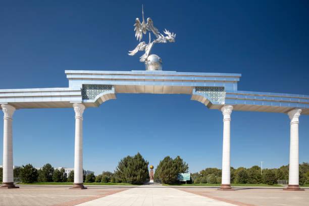 Mustakillik (Independence) Square, former Lenin Square, in Taskhent, Uzbekistan:スマホ壁紙(壁紙.com)