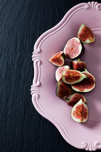 米国硬貨「Sliced figs on pink plate」:スマホ壁紙(17)