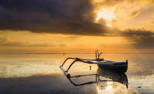 バリ島「Jukung boat on beach at sunset, Sanur, Denpasar, Bali, Indonesia」:スマホ壁紙(11)