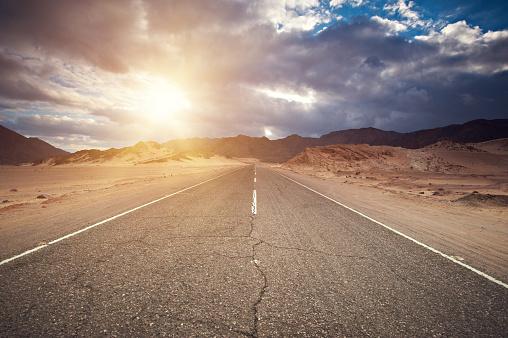 砂漠「シナイの砂漠の道を通って」:スマホ壁紙(16)