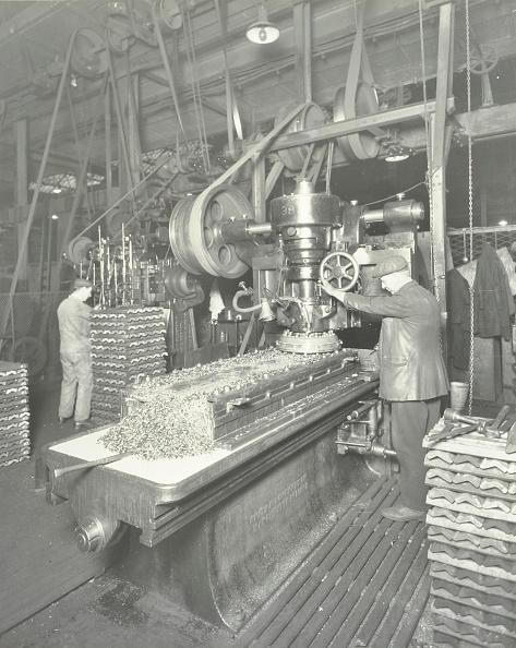 Mechanic「Man Using A Miller And Planer, Charlton Central Repair Depot, London, 1932」:写真・画像(8)[壁紙.com]