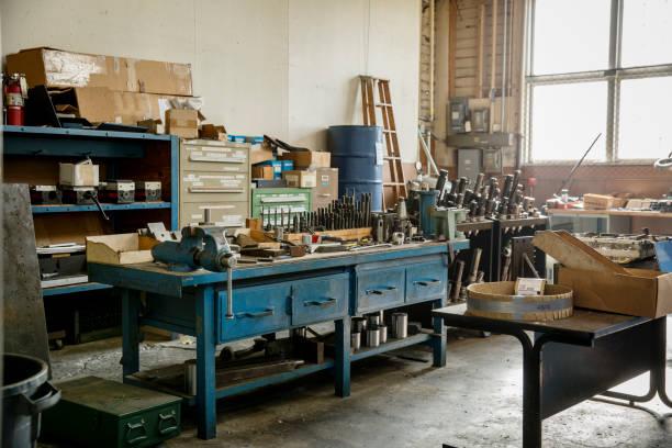 Workbench and tools in metal shop:スマホ壁紙(壁紙.com)