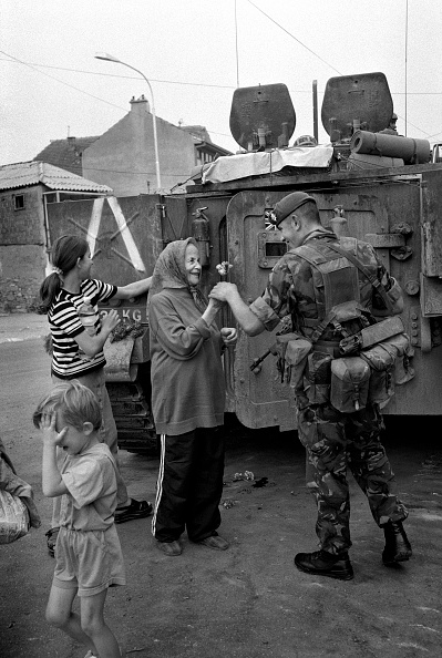 Elementary Age「Kosovo, Kosovar woman presenting flower to British soldier (B&W)」:写真・画像(13)[壁紙.com]