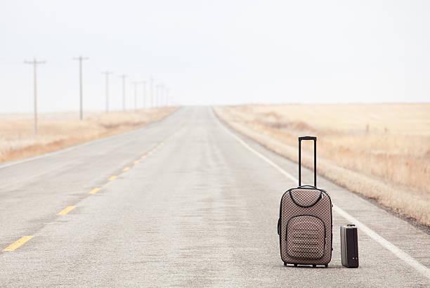 Luggage on a Rural Road:スマホ壁紙(壁紙.com)