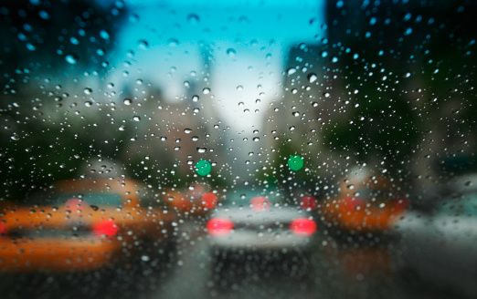 Windshield「City traffic through a rainy windshield」:スマホ壁紙(15)