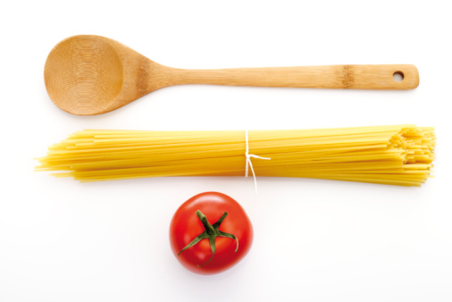 Spaghetti「Bundle of spaghetti, wooden spoon and tomato, elevated view」:スマホ壁紙(15)