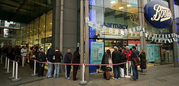Waiting In Line「Latest Shopping Frenzy For Face Cream Hits Oxford Street」:写真・画像(10)[壁紙.com]
