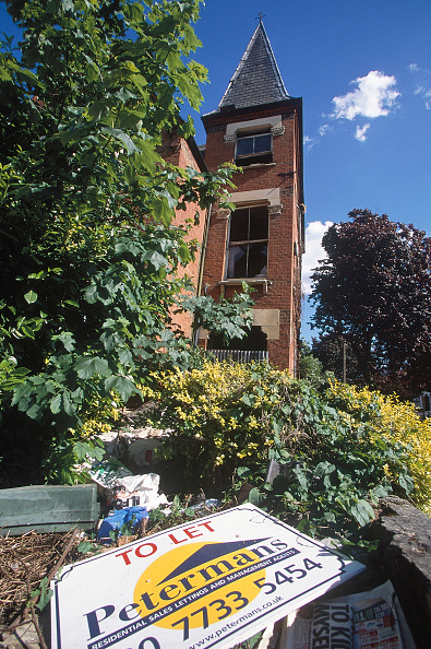 2002「Rubbish in front garden of boarded up house. South London, United Kingdom.」:写真・画像(4)[壁紙.com]