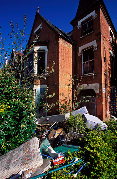 Brick Wall「Rubbish in front garden of boarded up house. South London, United Kingdom.」:写真・画像(19)[壁紙.com]